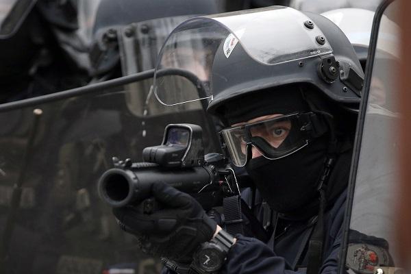 Παρίσι: Δακρυγόνα και πλαστικές σφαίρες κατά των «κίτρινων γιλέκων»