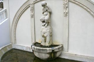 der auf einer Panflöte spielende Junge am Wandbrunnen Jungfernstiege Lützschena