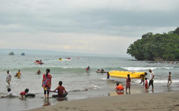 Banana Boat di Pantai Batu Karas Pangandaran