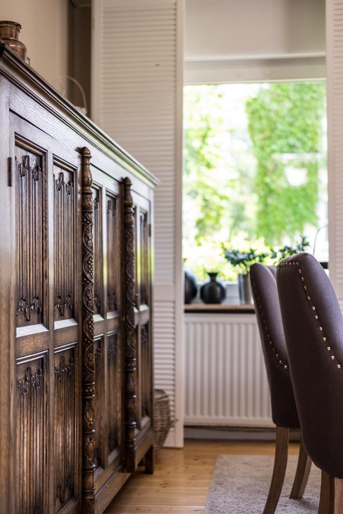 www.fim.works | Lifestyle-Blog | alter Schrank aus England, graue Polsterstühle mit Nieten, weiße Fensterläden