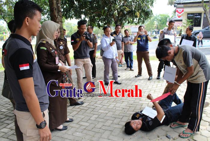 16 Adegan Kembali Diperagakan Tersangka Pembunuhan di Waykanan