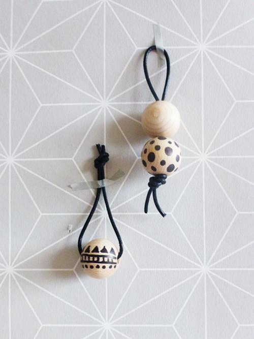 DIY Schlüsselanhänger aus Holzkugeln Muster schwarz