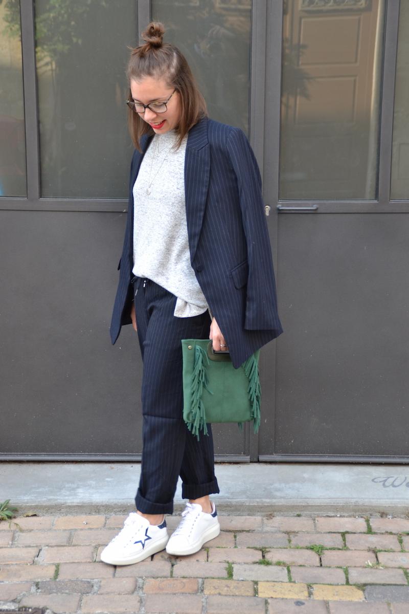 Tailleur veste et pantalon bleu marine rayé blanc H&M, pull doux H&M, tennis André, sac a frange vert Sammydress