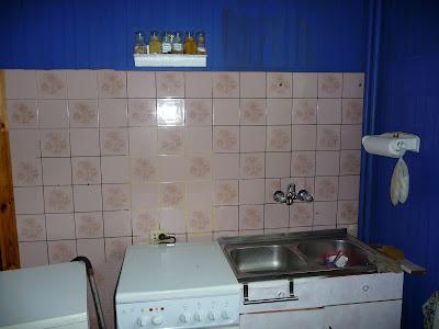 ściana z glazury w kuchni przed malowaniem