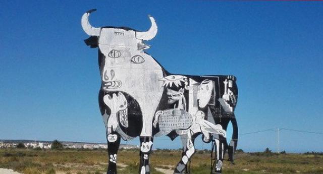 El artista urbano pinta el Guernica en un toro Osborne como denuncia antitaurina