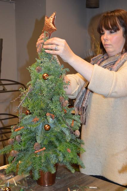Litt hjelp til å feste stjernen i toppen av treet