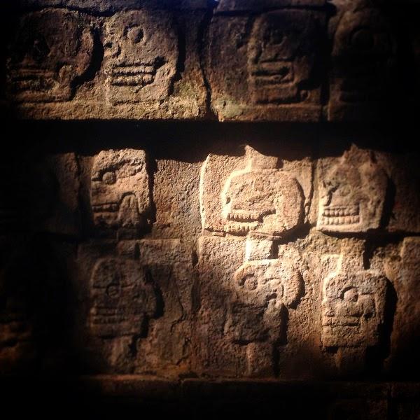 Para este guía la ciudad de Chichén Itzá no son  un montón de piedras rodeadas de selva. Según  él había sido construida por brujos procedentes de  otra dimensión que iban y venían de las estrellas.