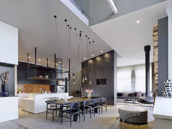 оригинальный интерьер студийной квартиры с высокими потолками