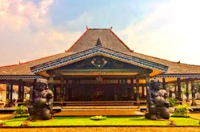 Bangsal Kencono Kraton Yogyakarta merupakan sebuah bangunan Pendopo model rumah adat daerah Yogyakarta. Di depan Bangsal Kencono terdapat dua patung batu Gupolo yang memegang gada (sejenis alat pemukul)