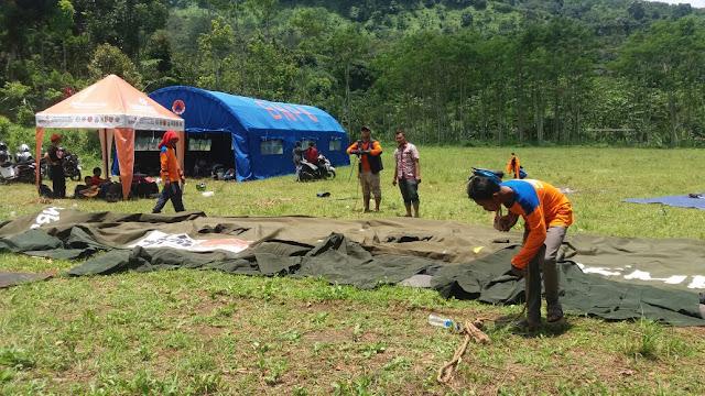 Persiapan membangun tenda untuk kegiatan