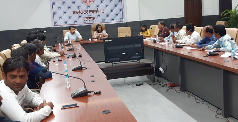 ratlam news-कलेक्टर एसपी द्वारा वृहद बैठक आयोजित एसडीएम, तहसीलदार, थाना प्रभारी रहे उपस्थित