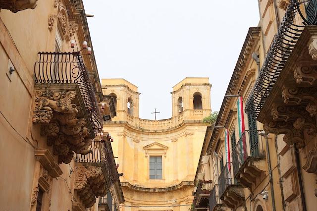 Palazzo Nicolaci и Църквата
