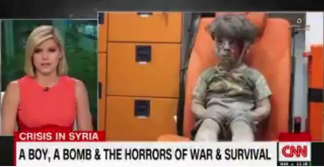مذيعة قناة cnn تبكي بحرقة لرؤية مشهد الطفل السوري عمران الذي خرج حيا بعد القصف العنيف