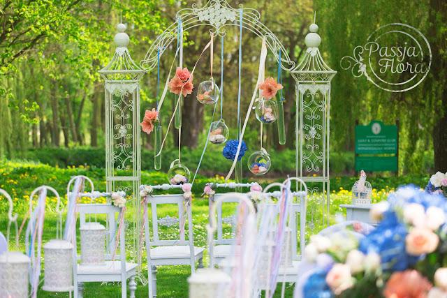 Szklane ozdoby na ślubie w plenerze.