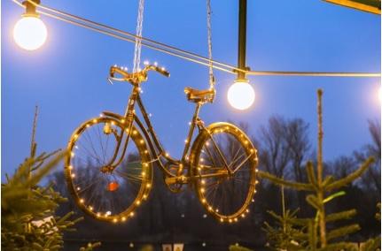 formas ingeniosas de adornar la navidad en casa usar una bicicleta en la decoracion
