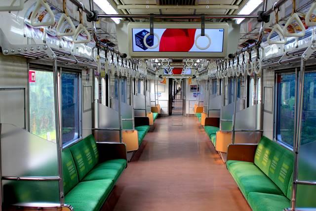 Pemandangan Langka : Kabin Kereta Commuter Line Dalam Keadaan Kosong