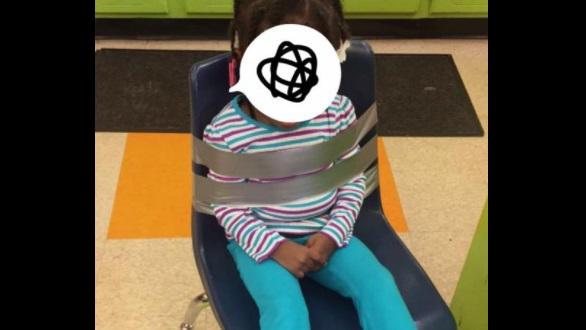 Niña es atada a una silla de plástico con cinta en su guardería