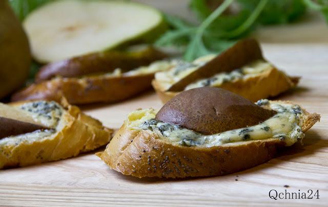 przystawka grzanki z serem i gruszką