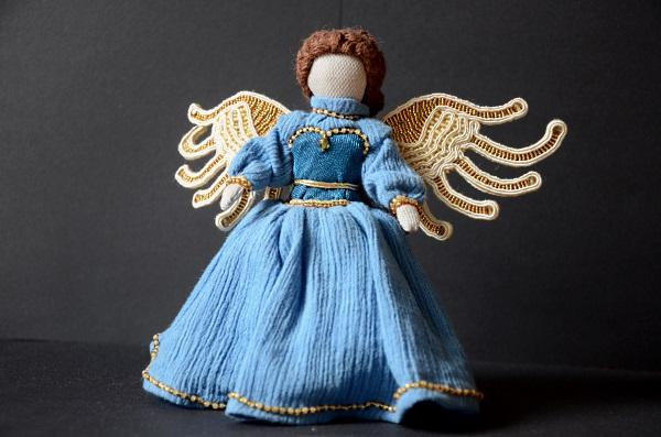 Aniołek ze skrzydłami z koralików.