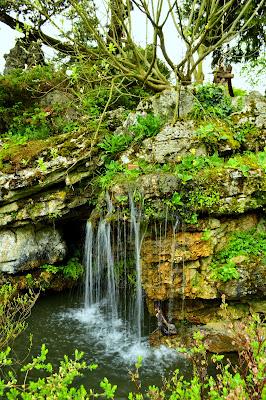 Cascade dans les Jardins botaniques de Genève