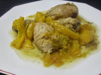 Muslos de pollo con melocotón en salsa.