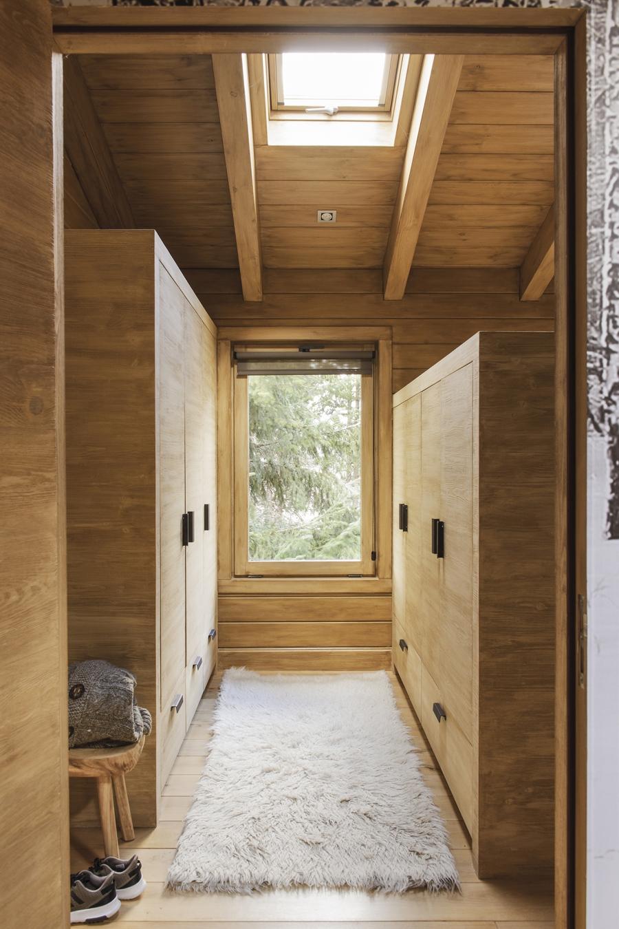 Drewniany domek w środku lasu - wystrój wnętrz, wnętrza, urządzanie mieszkania, dom, home decor, dekoracje, aranżacje, drewniany dom, drewno, eco, ekolodiczny, naturalny, cozy home, styl skandynawski, scandinavian style, otwarta przestrzeń, salon, living room, kuchnia, kitchen, jadalnia, wyspa kuchenna, garderoba