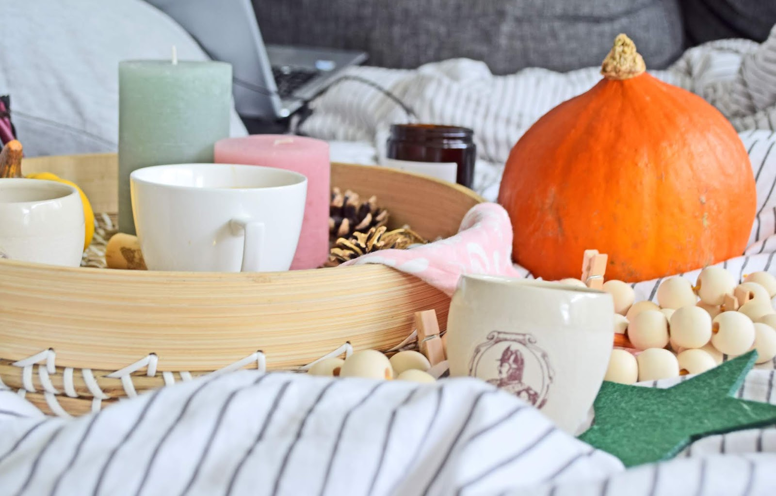 relaks w łóżku z kawą