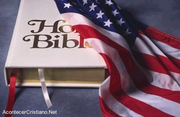 Biblia con bandera de Estados Unidos