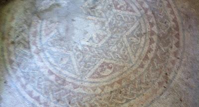 Este lindo mosaico tiene cerca de 1900 años, más precisamente de la época de la destrucción del segundo Templo. Lo vi por primera vez la semana pasada en un paseo con la familia en Ein Yael, un museo activo en que los niños hacen artesanías tal como se hacía en el siglo II (Jaras de cerámica, canastas de paja, etc.).