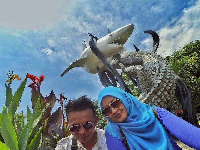 Patung Suroboyo di depan Kebun Binatang Surabaya (KBS)