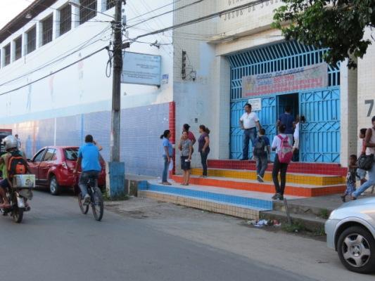 Professores e estudantes realizam protesto contra fechamento do Colégio Ciso em Itabuna