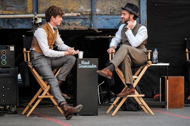 Mais fotos (sem marca-d'água) de 'Os Crimes de Grindelwald' são divulgadas | Os atores Eddie Redmayne e Jude Law conversando durante as gravações | Ordem da Fênix Brasileira