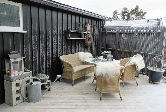 Rimfrosten har kommet i hagen min. Med julelys tent og varmende skinn i stolene i Furulunden IMG_0068