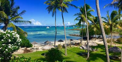 Plage en Martinique  du Cap Est faisnt face à un complexe hotelier.