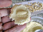 Bomboane cu cocos preparare reteta - asezam migdala in mijlocul compozitiei turtita intre degete