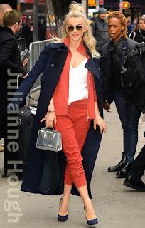 ジュリアン・ハフ(Julianne Hough)は、エムピージースポーツ (MPG Sport)のジャケット&パンツ、ストラスベリー (Strathberry)のショルダーバッグ、カサディ (Casadei)のパンプス を着用。