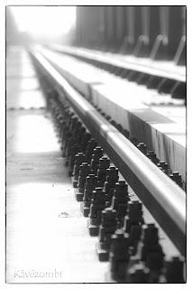 Algyői vasúti híd sínei feketefehérben