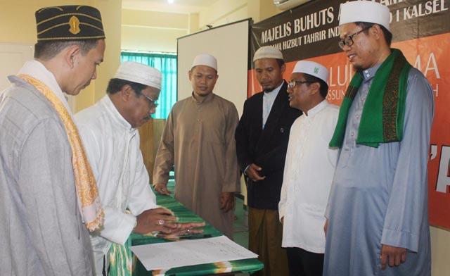 Kasus dugaan penistaan terhadap Alquran yang membuat jutaan umat Islam berkumpul di Jakarta dalam Aksi Damai Bela Quran, Jumat (4/11) tadi, dibahas dalam majelis Buhuts al Islamiyah, mengangkat tema Aqwalul Ulama Ahlussunnah wal jamaah terkait hukum bagi penista Alquran, Minggu (6/11), di Gedung Dakwah HTI Kalsel di Jln Trikora, Banjarbaru.
