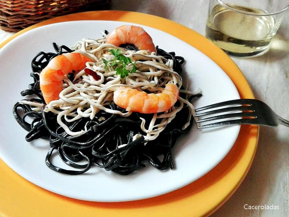 Receta de espaguetis negros con gulas y langostinos