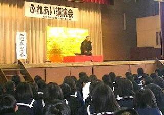 学校で開催された三遊亭楽春のふれあい講演会の風景です。
