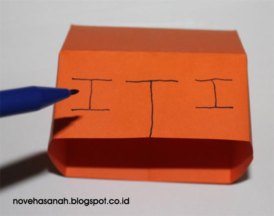cara membuat rumah kertas yang sangat mudah membuat garis untuk pengguntingan bagian jendela dan pintu rumah-rumahan kertas