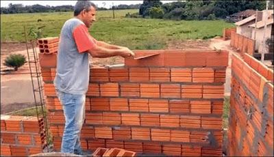 levantando parede de tijolo