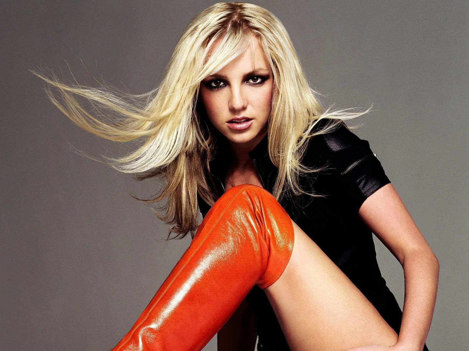 Teen Age images of Britney Spears Photoshoot Britney Spears Bold Pics in Bikini Bra Sexy Hot images in Seducing Poses Showing Boobs