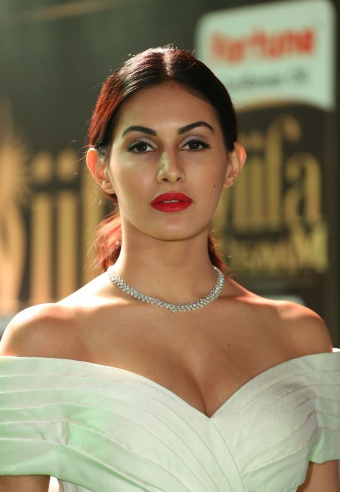 tamil actress amyra dastur hot cleavage image in iifa