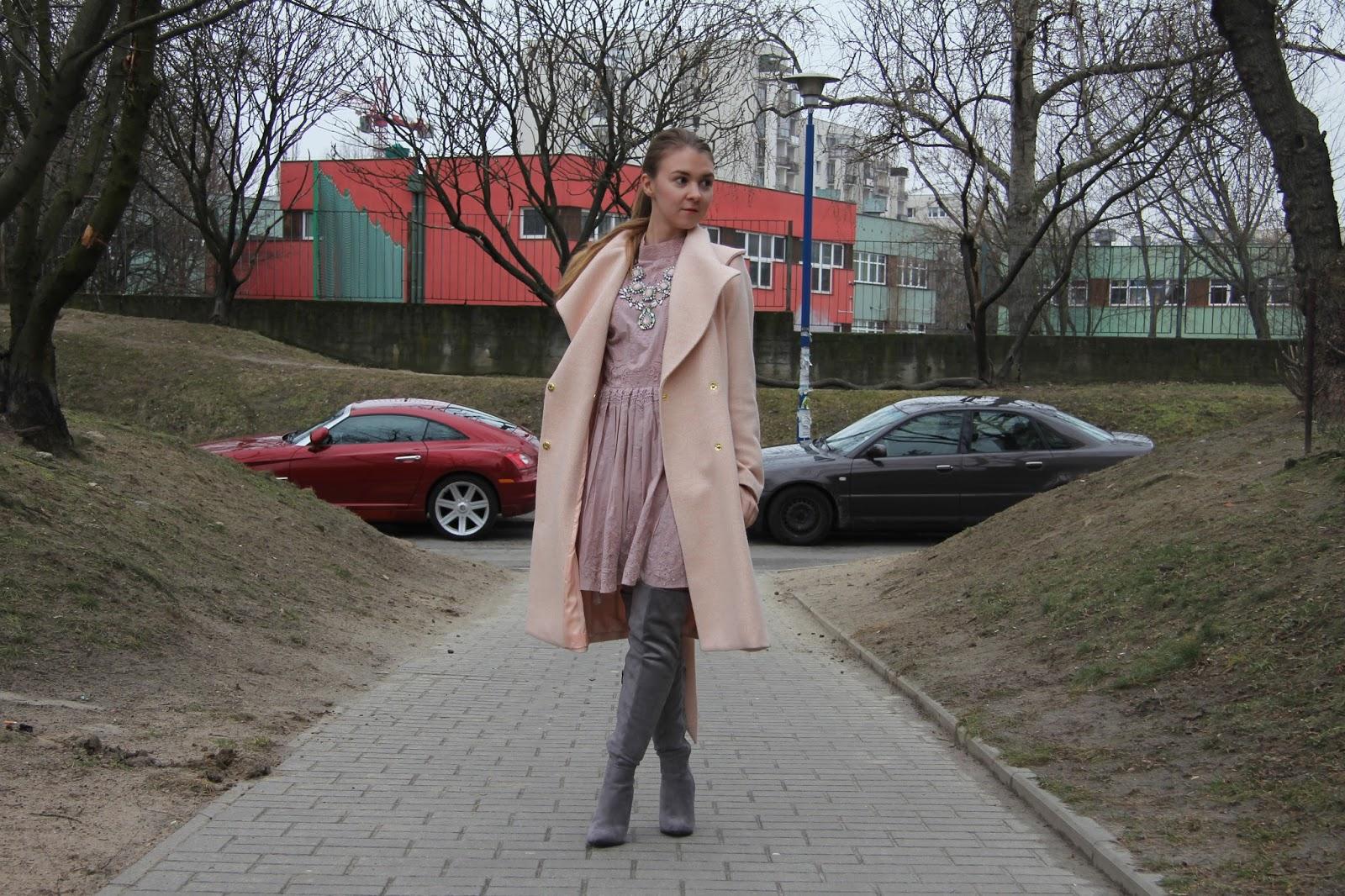kozaki za kolano i długi płaszcz