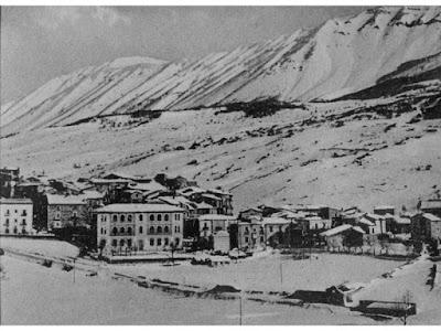 Veduta di Campo di Giove in una foto d'epoca (tratta dal sito di A. Nanni www.campodigiovephotos.altervista.org)