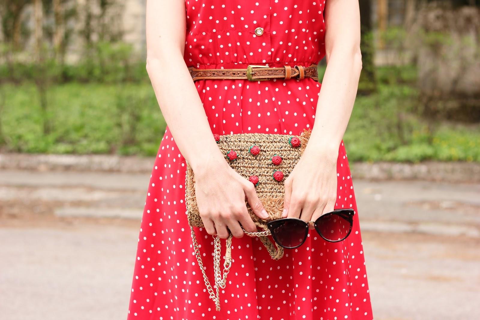 červené bodkované šaty