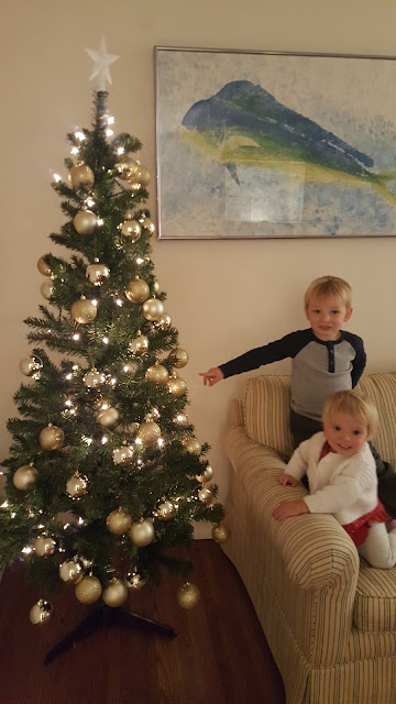 christmas-tree-toddlers-smiling