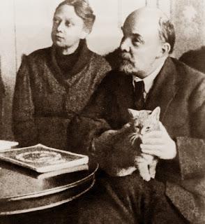 El gato parece que no presta mucha atención adónde están mirando Nadia y Volodia.