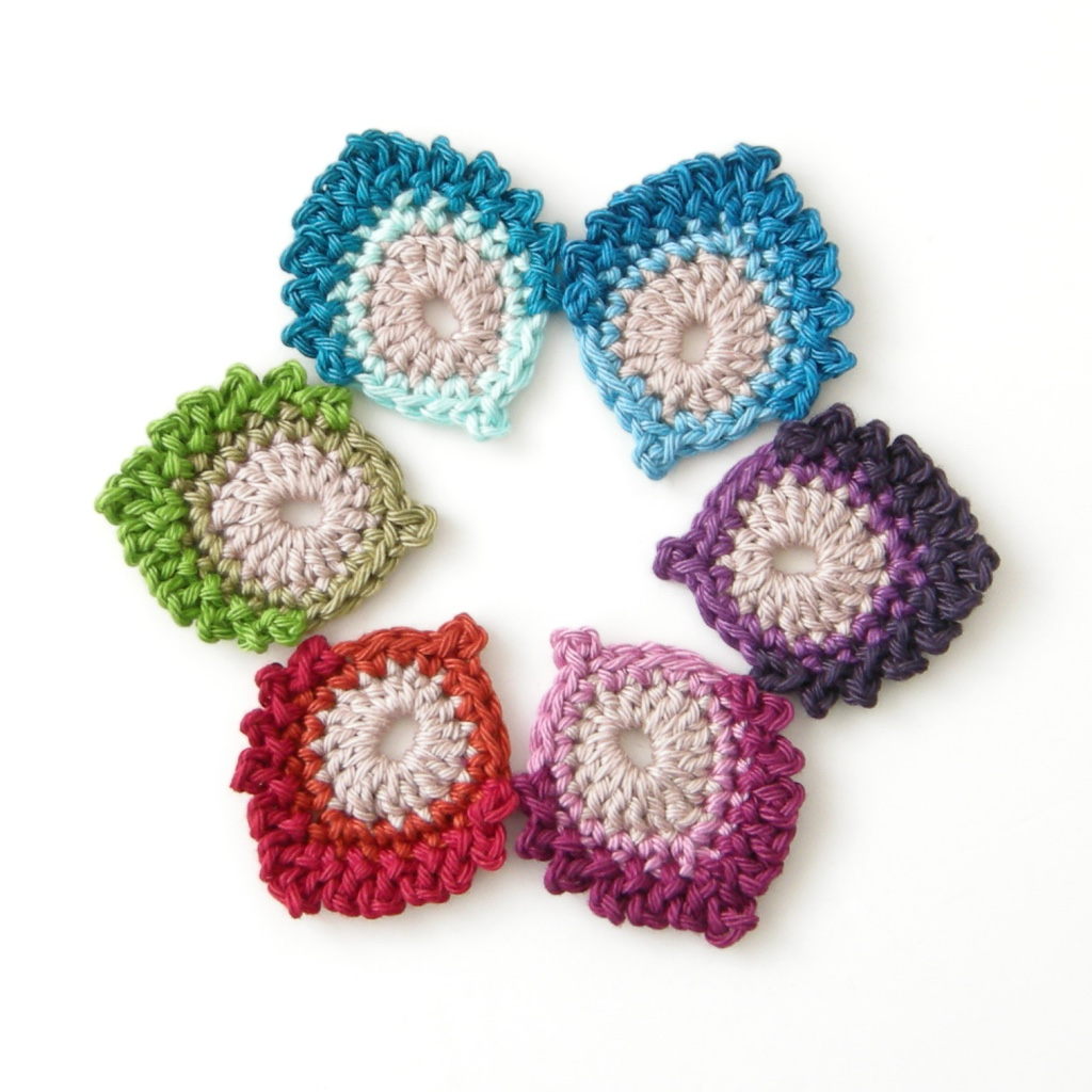 Pluma de mini pavo real francesa en crochet